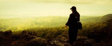Человек путешественника стоя с драматической природой Стоковая Фотография