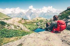 Человек путешественника с наслаждаться рюкзака ослабляя Стоковое Фото