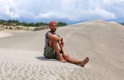 Человек путешествует в пустыне индюк Стоковые Изображения RF