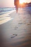 Человек путешествует к заходу солнца Стоковая Фотография RF