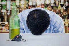 Человек пьяный в баре Стоковая Фотография