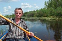Человек плавает в каяке Стоковая Фотография RF