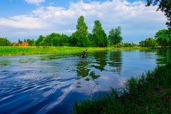 Человек плавает на каяк Природа Стоковые Фото