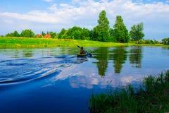 Человек плавает на каяк Природа Стоковые Фотографии RF