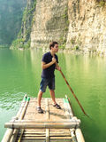 Человек плавая на бамбуковый сплоток Стоковые Изображения RF