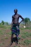Человек племени Mursi в национальном платье стоковое изображение rf