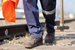 Человек работает на железной дороге Человек с молотком Стоковые Фотографии RF