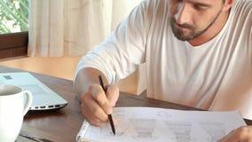 Человек работает от дома на компьтер-книжке работа принципиальной схемы 3d представленная изображением сток-видео