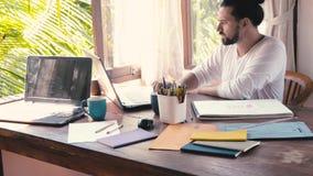 Человек работает от дома на компьтер-книжке работа принципиальной схемы 3d представленная изображением акции видеоматериалы