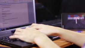 Человек работает для клавиатуры компьтер-книжки видеоматериал