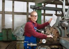 Человек работает для машины продукции Стоковое фото RF
