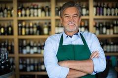 Человек работая в винном магазине Стоковые Фотографии RF