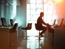 Человек работая в комнате дела Стоковая Фотография