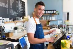 Человек работая в кофейне Стоковое фото RF