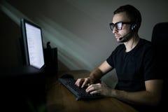 Человек работая в ноче на ПК Стоковые Фото