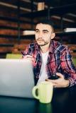 Человек работая в офисе независимо стоковая фотография