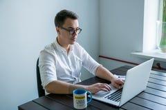 Человек работая в офисе Стоковое Изображение