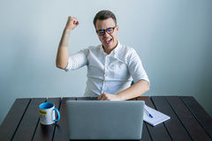 Человек работая в офисе Стоковое Фото