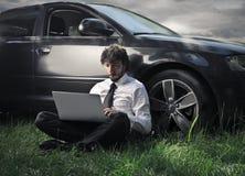 Человек работая в поле Стоковые Фото
