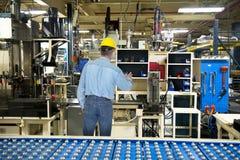 Человек работая в промышленной фабрике производства стоковое фото