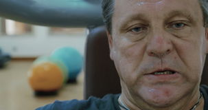 Человек работая в спортзале сток-видео