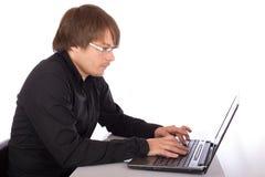 Человек работая на компьтер-книжке Стоковая Фотография RF