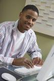 Человек работая на компьютере Стоковая Фотография