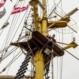 Человек работая на оснащать кораблей Стоковая Фотография