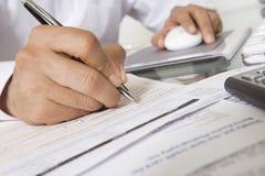 Человек работая на столе Стоковая Фотография RF