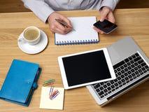 Человек работая на столе Стоковое Изображение RF