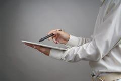 Человек работая на таблетке с грифелем Стоковые Фотографии RF