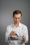 Человек работая на таблетке с грифелем Стоковая Фотография RF