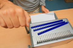 Человек работая на Binding оборудовании на офисе стоковая фотография