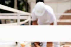 Человек работая позади ленты Стоковые Изображения RF