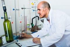 Человек работая с качественными испытаниями Стоковая Фотография RF