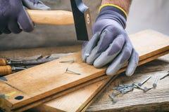 Человек работая с молотком Стоковое Изображение