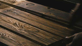 Человек работая с древесиной Конец-вверх акции видеоматериалы