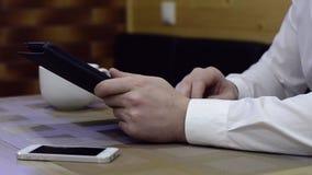 Человек работая с таблеткой сток-видео