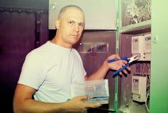 Человек работая с электрическим стоковое фото