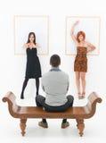Человек развлеченный 2 женщинами в художественной галерее Стоковое Изображение