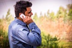 Человек разговаривая с мобильным телефоном Стоковое Изображение RF