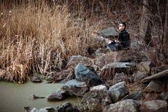 Человек размышляя в красивом ландшафте реки стоковые фотографии rf