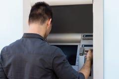 Человек разделяя деньги стоковые фотографии rf