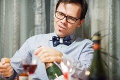 Человек раскрывает бутылку Стоковое Изображение RF