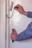 Человек раскрывает дверь, раскрывает цепь Стоковые Фотографии RF