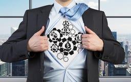 Человек раскрывает его рубашку с шестернями Стоковая Фотография RF