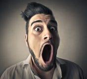 Человек раскрывая его рот Стоковые Изображения RF