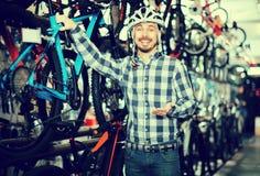 Человек рассматривая варианты для велосипеда Стоковая Фотография RF