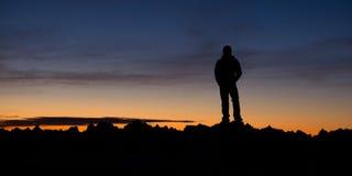 Человек рассматривая горы во время похода Стоковые Фотографии RF