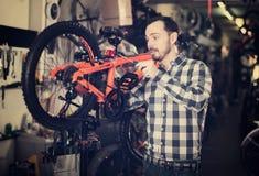 Человек регулирует место велосипеда спорт Стоковое Фото